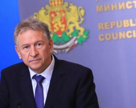 Туроператори искат оставката на здравния министър заради препоръката да не се пътува
