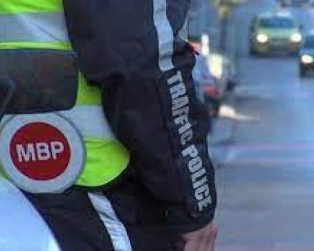 Син на полицай прави проверки с униформата на баща си