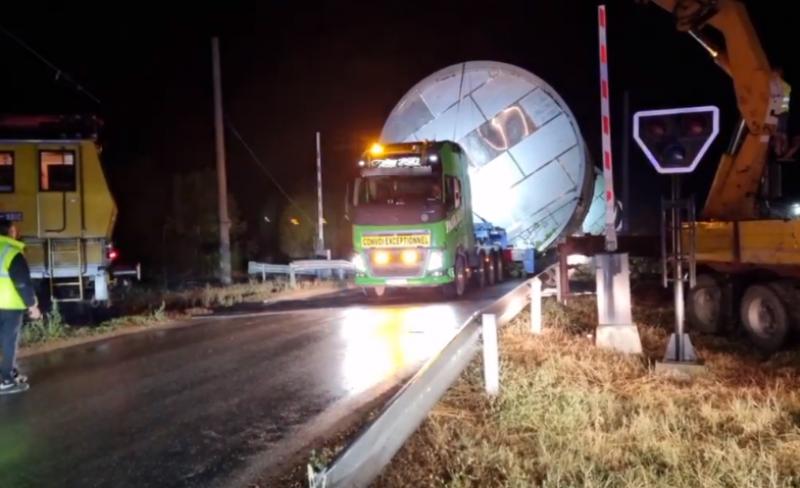 Нова порция камиони с огромни съоръжения минават край Пловдив, селата - пак без ток