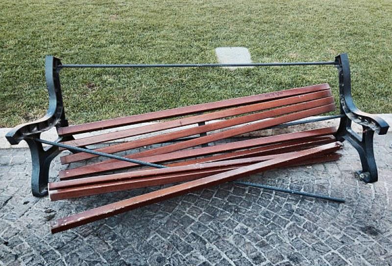 11-годишно дете строши пейка, предадоха го на