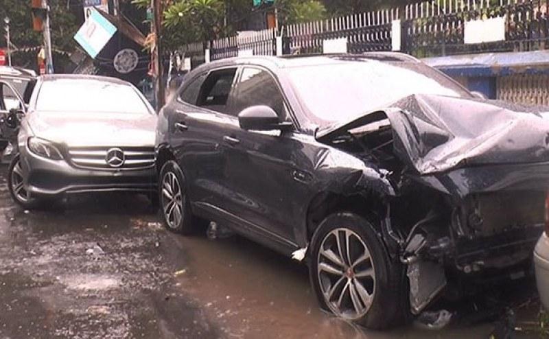 Жена с Мерцедес избяга, след като помля четири автомобила във Велинград