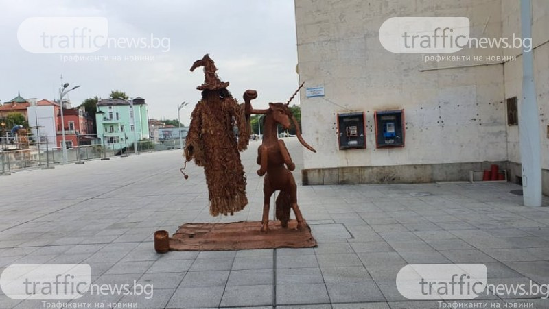 Левитацията в Пловдив е заразна: Средновековна вещица виси на змия и еднорог в центъра