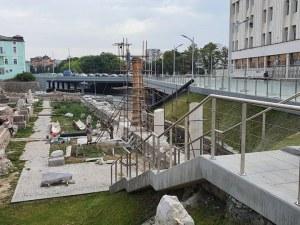 Реставраторите издигат три колони на Форум Север, очертават античния площад