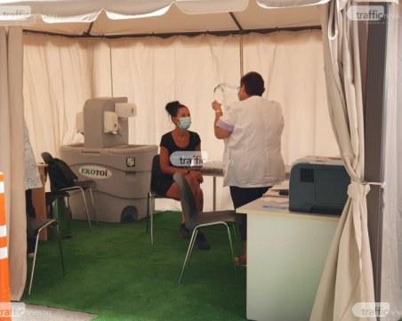 Антиваксъри нападнаха мобилен пункт за ваксинация във Варна, спряха имунизацията