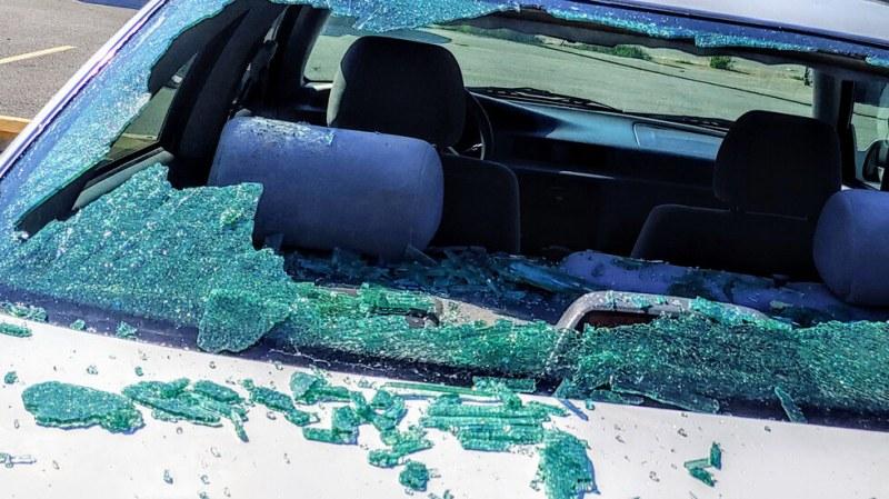 Дете излетя през прозореца на кола при катастрофа в София
