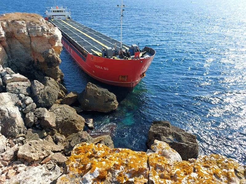 Няма опасност от разлив на гориво от заседналия кораб край Камен бряг