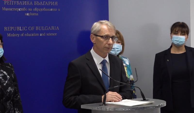 Проф. Денков: Имаме плавно нарастване на случаите на COVID-19 в училищата