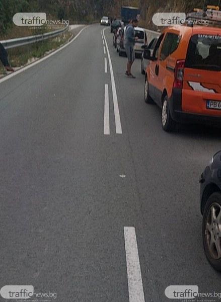 Ремонт затапи пътя Кричим-Девин, образува се голямо задръстване