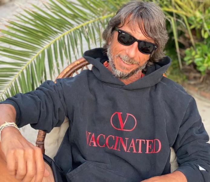 Valentino пусна суитшърт с надпис Vaccinated