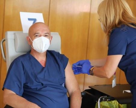 Проф. Мутафчийски и 11 негови колеги си поставиха трета доза ваксина