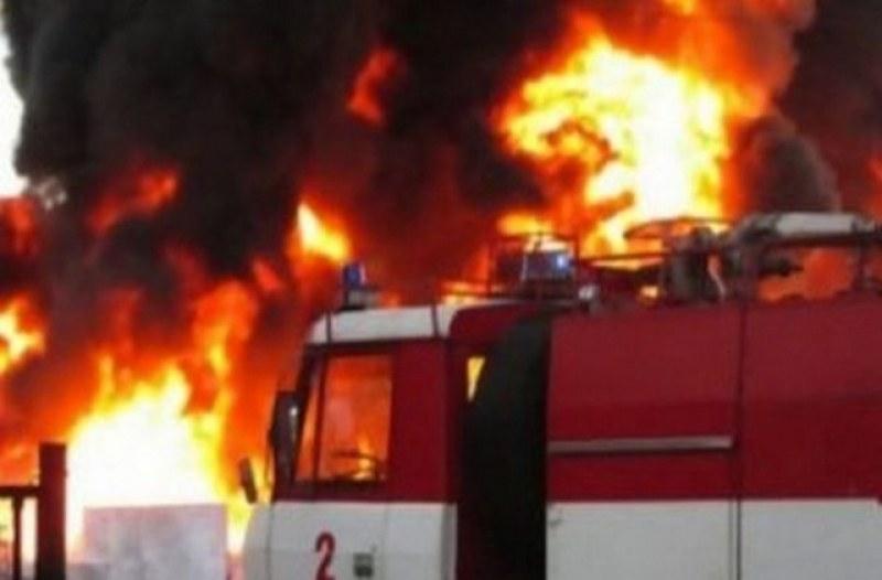 Голям пожар бушува във фабрика в Истанбул
