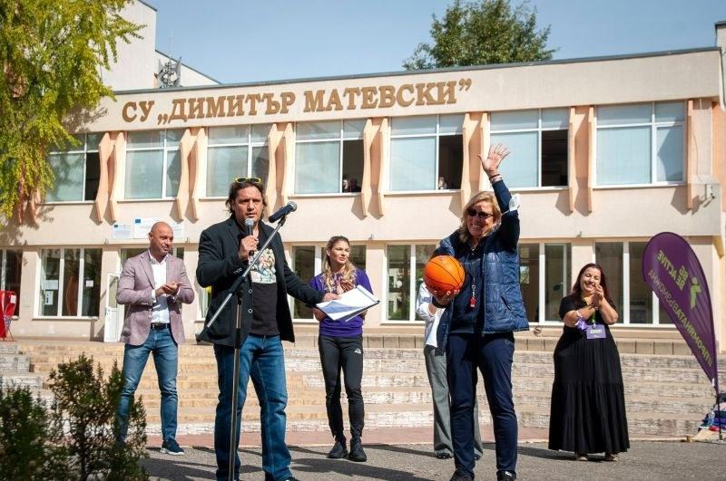 Учениците от пловдивско училище се включиха във физзарядка с Габриела Петрова и Любина Лесова