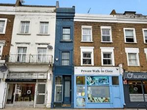 Продават на половин цена най-тясната къща в Лондон