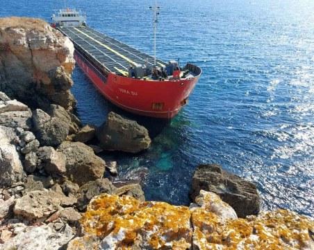 Разпитват екипажа на заседналия кораб, когато бъде свален на брега