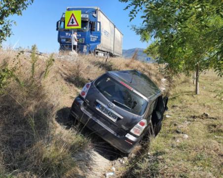 Катастрофа с тир край Враца затрудни движението, жена и детето ѝ са с леки наранявания