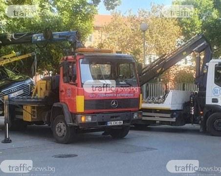 Два паяка се борят с лъскава А8-ца в Пловдив, за малко да я изтърват