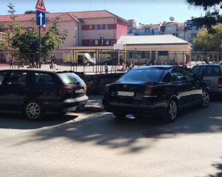 Шофьори пренебрегват правилника, а и всички рискове с нагло паркиране в Пловдив