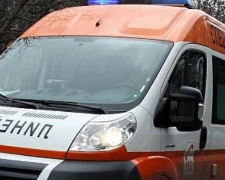 Кола се заби челно в дърво край Казанлък, шофьорът е затиснат от ламарините