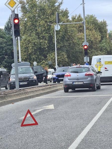 """Два автомобила и микробус се удариха на булевард """"Цар Борис III Обединител"""""""