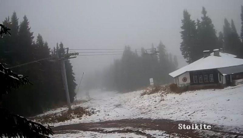 Първи снежинки над Пампорово, пистите побеляха