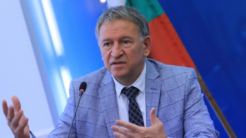 Здравният министър: Обсъждаме въвеждането на зелен сертификат
