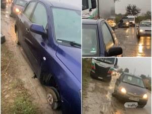 Докога коли ще пукат гуми по Рогошко шосе? Кърпят спешно пътя, ще се търсят пари през 2022-а