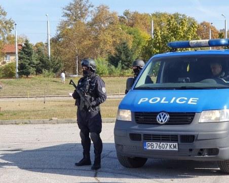 Психичноболен мъж се барикадира в дома си в Първомай, след като спука гумите на 15 коли