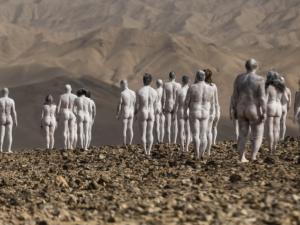 Стотици се съблякоха голи в пустинята в Израел
