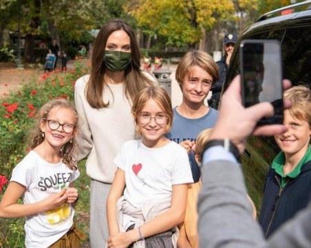 Анджелина Джоли с премиера на филм и разходка в Рим, срещна се и с десетки ученици