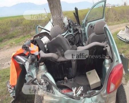 Кола се вряза в дърво край Пловдив, мъж е загинал на място