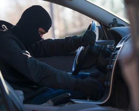 Мъж задигна кола докато собственикът плаща гориво, спретна си гонка с полиция