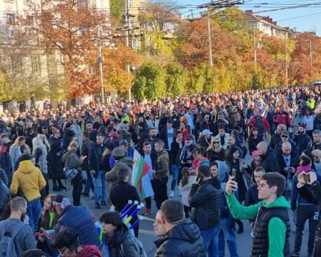 Хиляди на протест срещу мерките в София, блокираха движението на Орлов мост