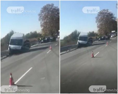 Тежка катастрофа на пътя Пловдив - Пазарджик: Бус и лека кола се удариха челно