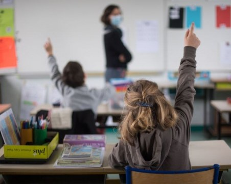 Зам.-министър: Не е разумно малките ученици да се върнат в класните стаи следващата седмица